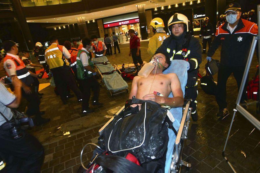 Au moins une personne est morte noyée et plusieurs dizaines ont été blessées