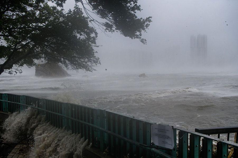 Le super typhon Mangkhut a semé dimanche le chaos àHong Kongen faisant littéralement trembler ses gratte-ciel, après avoir frappé le nord des Philippines où il a fait au moins 49 morts.