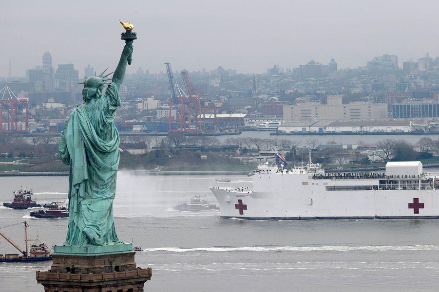 Arrivée à New York du USNS Comfort, un navire-hôpital pour aider la ville à lutter contre l'épidémie de coronavirus.