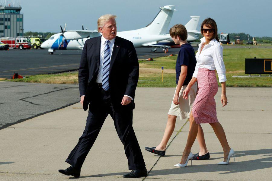 Donald Trump, Melania Trump et Barron descendant d'Air Force One, le 30 juin 2017.