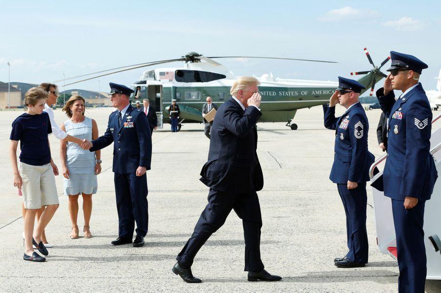 Donald Trump, Melania Trump et Barron montant à bord d'Air Force One, le 30 juin 2017.