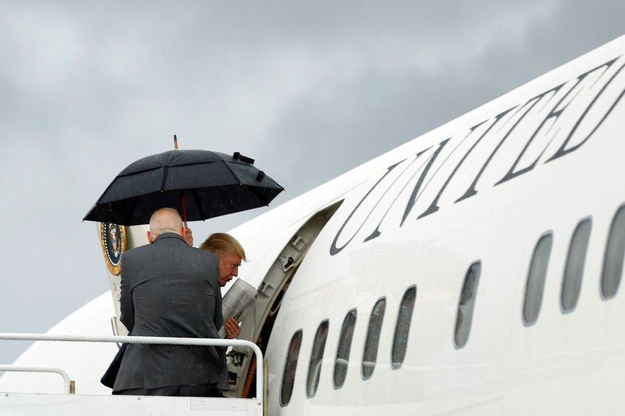 Donald Trump montant à bord d'Air Force One, le 1er juillet 2017.