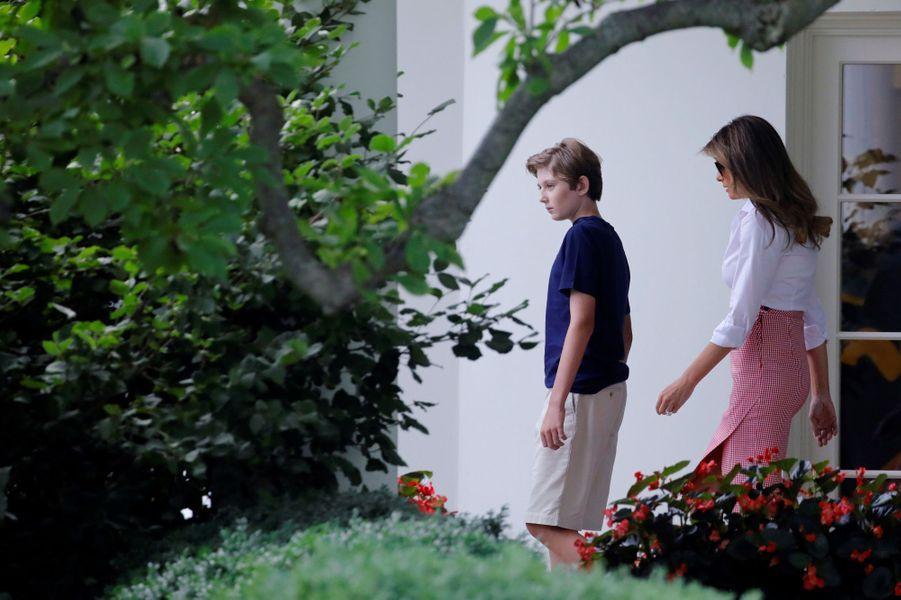 Melania Trump et Barron quittant la Maison Blanche, le 30 juin 2017.