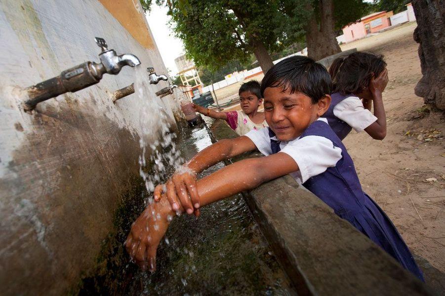 La photographe de Getty Images, Anne Henly, a capturé l'instant où des écoliers indiens se lavent les mains et le visage à l'école de leur village, à l'extérieur de Bandhavgarh.