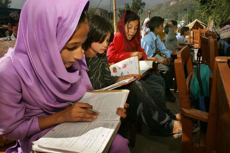 La photojournaliste primée de Getty Images, Paula Bronstein, a capturé cette image représentant des enfants de l'école à Muzaffarabad, au Pakistan en 2005. Ils font leur rentrée dans une école de fortune, deux semaines après le séisme dévastateur qui a tué plus de 50 000 personnes dans la région.