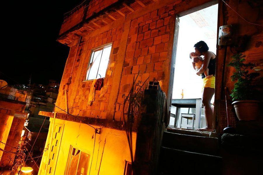 Cette photo a été prise par le photographe primé de Getty Images, Mario Tama, basé au Brésil, où il photographie la vie dans les favelas et «la route de l'esclavage» du pays. Cette route voit passer des milliers de personnes victimes de trafic d'humains et contraints de travailler sans salaire.