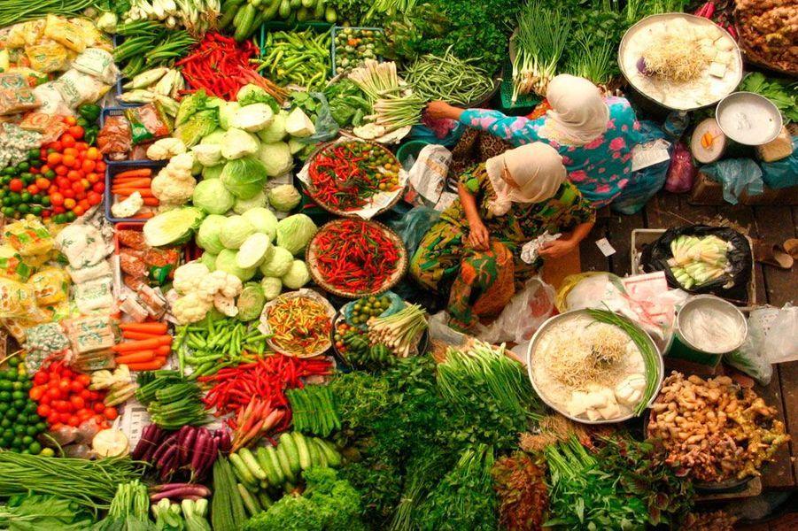 Cette photo du photographe Jesse Warren représente des femmes qui sont en train de vendre des légumes dans le marché central à Kota Bahru, en Malaisie.