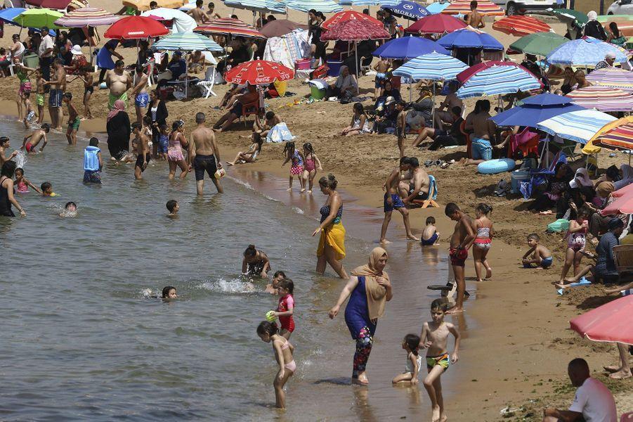 Les Algériens ont retrouvé samedi les plaisirs de la plage et du café, et les fidèles leurs mosquées, après cinq mois de confinement à cause du nouveau coronavirus.