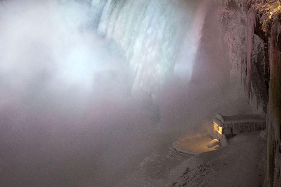 Les chutes du Niagara sont en partie gelées alors que le Nord des Etats-Unis est balayé depuis quelques jours par une vague de froid historique
