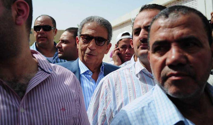 Le candidat Amr Moussa faisant la queue pour voter au Caire