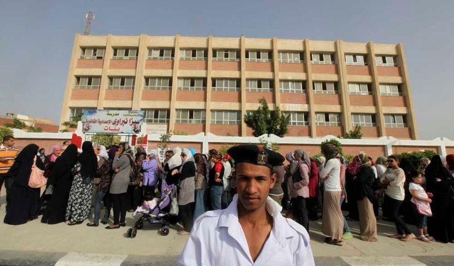 Un bureau de vote féminin au Caire