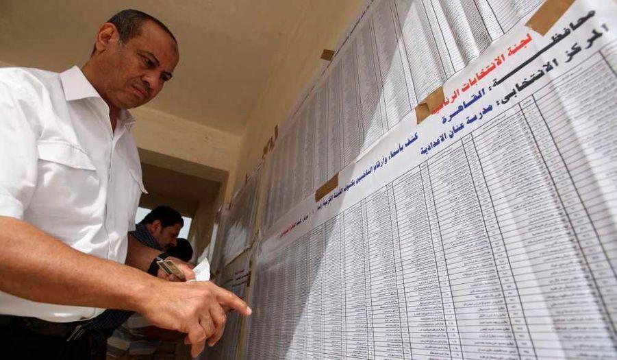Un homme cherchant son nom sur une liste électorale