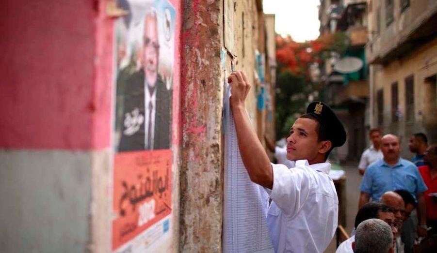 Les bureaux de vote ont ouvert mercredi à 08h00 (06h00 GMT) en Egypte pour la première élection présidentielle depuis la chute de Hosni Moubarak le 11 février 2011. Le premier tour de ce scrutin historique se déroule mercredi et jeudi. Si aucun des douze candidats en lice n'obtient la majorité absolue –ce qui paraît impossible au vu de l'incertitude qui semble dominer-, un second tour doit avoir lieu les 16 et 17 juin.