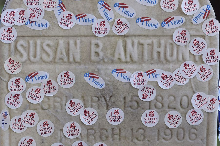 Les électeurs américains rendent hommage à la militante Susan B. Anthony, le mardi 8 novembre 2016, au cimetière de Rochester.