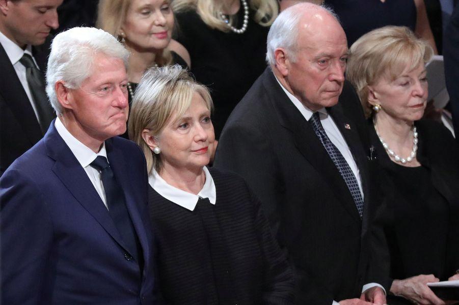 Trois présidents des Etats-Unis, mais pas Donald Trump, ont assisté aux funérailles nationales de John McCain, samedi à Washington. Ici, Bill Clinton et son épouse Hillary.