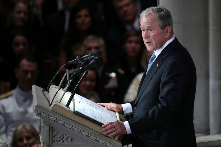 Trois présidents des Etats-Unis, mais pas Donald Trump, ont assisté aux funérailles nationales de John McCain, samedi à Washington. Ici, George W. Bush.