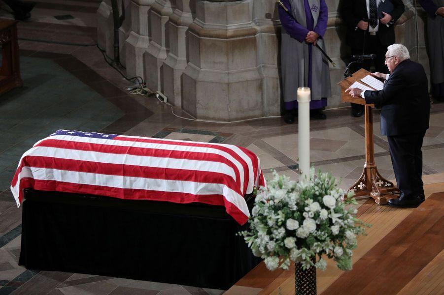 Trois présidents des Etats-Unis, mais pas Donald Trump, ont assisté aux funérailles nationales de John McCain, samedi à Washington. Ici Henry Kissinger.