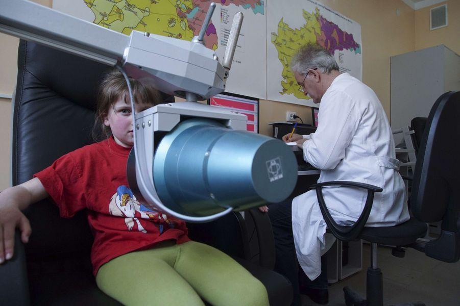 A Ivankiv, en Ukraine, des enfants subissent des tests annuels pour vérifier leur taux de radioactivité.