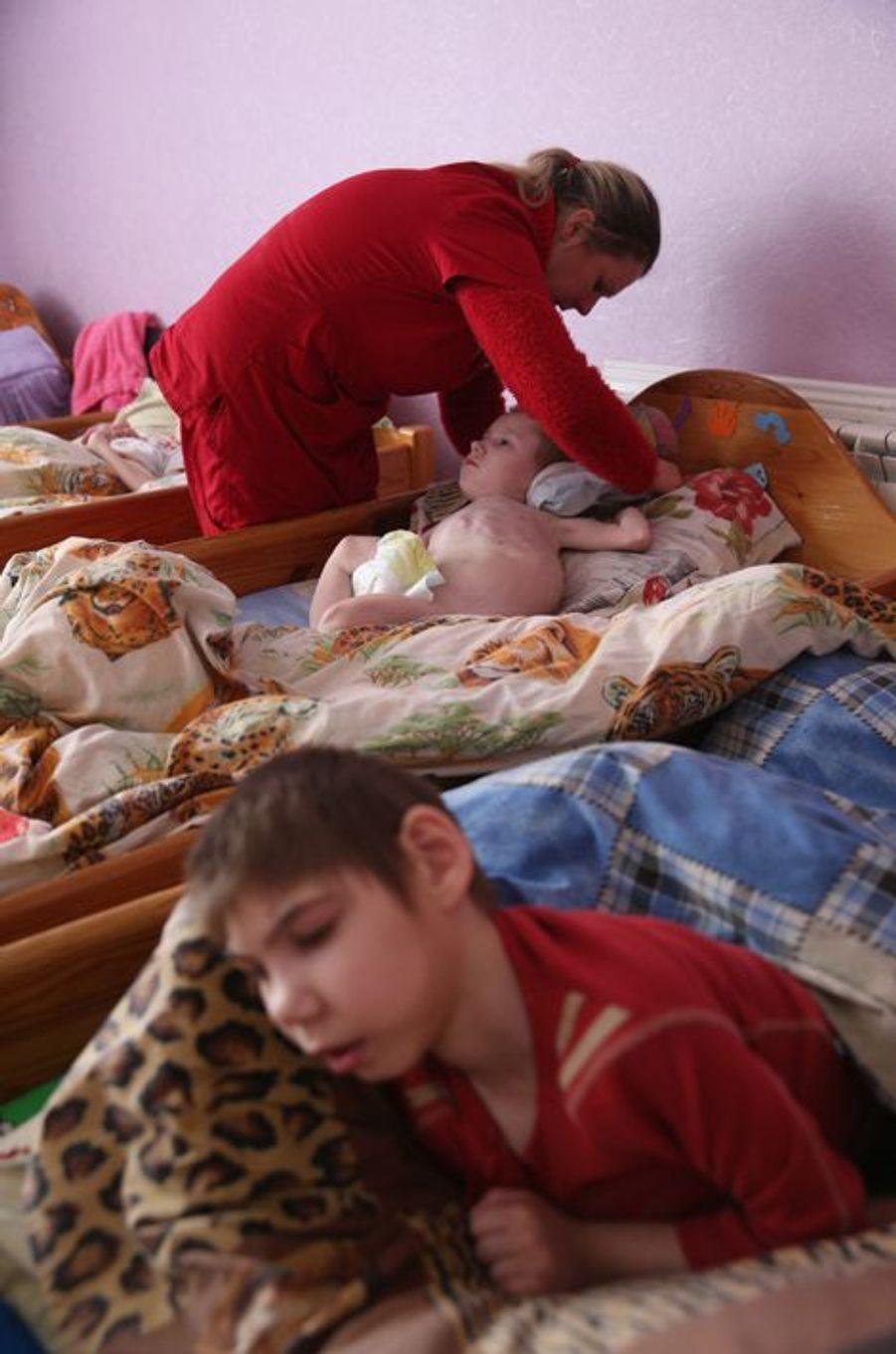 Dans un centre de rééducation de Vesnova (Biélorussie), des enfants victimes de séquelles de la catastrophe nucléaire de Tchernobyl.
