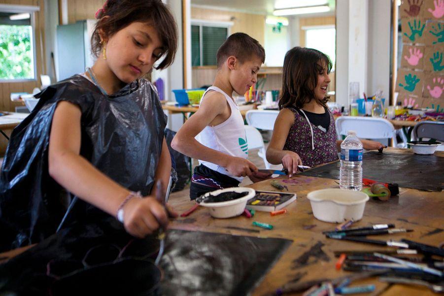 Kilda, 9 ans, Aziz, 10 ans, et Gulavi, 9 ans, dans la salle d'art-thérapie.