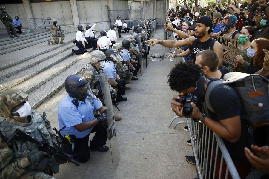 Les forces de l'ordre affichent leur solidarité en mettant un genou à terre à Philadelphie