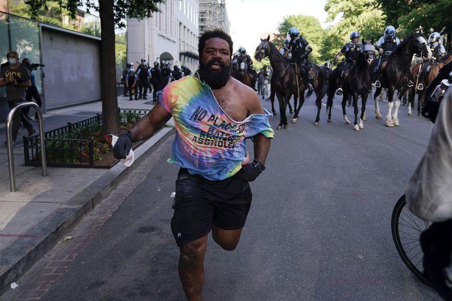 Un manifestant près de la Maison Blanche à Washington