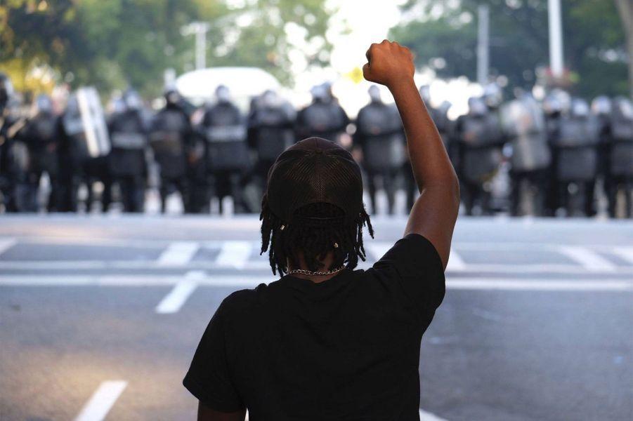 Un manifestant lève le poing à Atlanta
