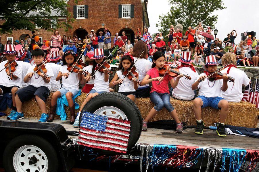 De jeunes violonistes jouant l'hymne américain à Fairfax (Virginie)