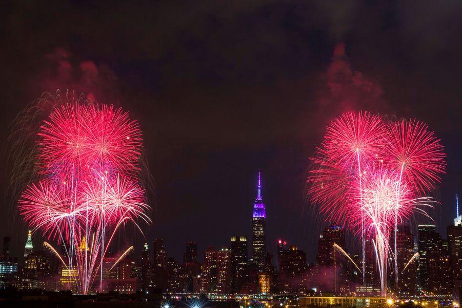 Des feux d'artifices au dessus de l'East River à New York