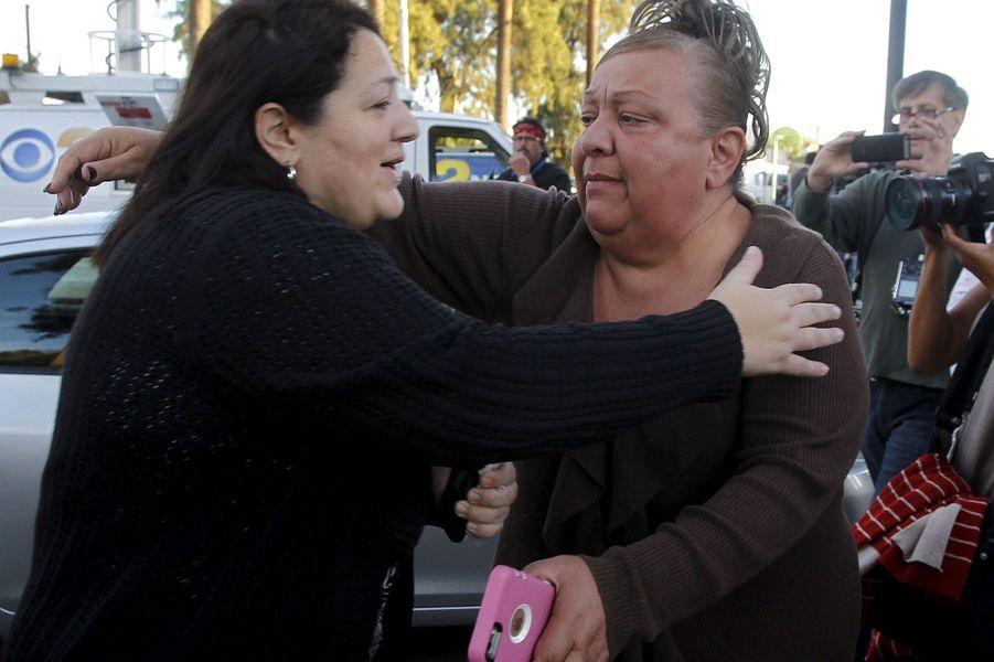 """Au moins 14 personnes ont été tuées mercredi en Californie dans une fusillade aux motivations encore indéterminées ayant visé une fête de fin d'année d'employés réunis à San Bernardino, la pire tuerie aux Etats-Unis depuis trois ans. Quelques heures après le drame, le chef de la police locale Jarrod Burguan a assuré à la presse que les mobiles des deux auteurs de fusillade, tués dans la foulée, n'étaient pas connus """"à ce stade"""". """"Mais nous n'avons pas exclu le terrorisme"""", a précisé Jarrod Burguan.La police a identifié les deux auteurs présumés comme étant un homme et une femme de 28 et 27 ans. Tous deux étaient lourdement armés et """"il s'agit au minimum d'une attaque de l'ordre du terrorisme intérieur"""", a estimé M. Burguan. L'homme identifié est Syed Farook, un Américain de 28 ans, employé de la ville. Il était accompagné d'une jeune femme de 27 ans, Tashfeen Malik, dont la nationalité n'est pas connue. Peu d'informations circulaient en revanche sur l'identité des victimes de la fusillade, parmi lesquelles figuraient 17 blessés dont certains dans un état critique.Les deux suspects été tués dans un 4x4 noir par la police lors d'un échange de tirs sur un axe routier. """"Ils étaient tous les deux armés d'un fusil d'assaut et d'une arme de poing"""", avait auparavant indiqué M. Burguan. David Bowdich, un responsable du FBI de Los Angeles, n'a ni confirmé ni écarté l'hypothèse d'un acte terroriste. Alors qu'aucun lien n'avait encore été établi par les autorités avec une quelconque idéologie ou religion, la communauté musulmane de Californie a fermement condamné la fusillade lors d'une conférence de presse impromptue."""