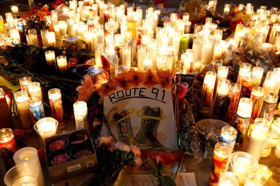 Le 1er octobre, vers 22 heures 08, un homme, StephenPaddock, a tiré sur les spectateur d'un festival de musique à Las Vegas, depuis une chambre de l'hôtel Mandalay Bay. Au total, 58 personnes ont été tuées et des centaines d'autres ont été blessées. Les motivations du tueur qui s'est suicidé sont encore floues.