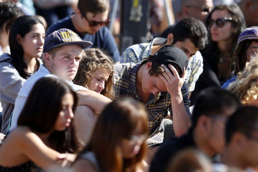 En mai 2014, le fils d'un réalisateur de Hollywood souffrant de troubles mentauxa poignardé trois personnes avant d'en tuer trois autres par balles près d'un campus à Isla Vista, en Californie. Treize personnes ont été blessées par le tireur.Elliot Rodger, qui a lui aussi été retrouvé mort, voulait prendre «sa revanche sur l'humanité» après avoir été rejeté à plusieurs reprises par des femmes.