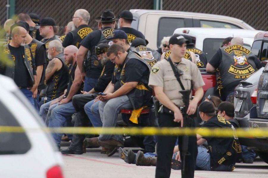 Une fusillade a éclaté en mai 2015 à Waco, au Texas. Elle opposait les membres de gangs de bikers rivaux. Neuf personnes sont mortes et au moins 18 ont été blessées.La bataille, qui a d'abord commencé dans le bar, s'est poursuivie sur le parking, où des coups de feu ont aussi été lancés en direction de la police. Au moins 100 armes ont été récupérées sur place dont des poings américains, des chaînes, des clubs de golf, et des armes à feu.