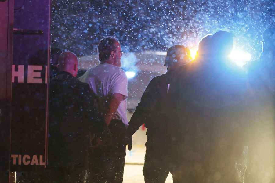 """Robert Lewis Dear, 57 ans s'est introduit fin novembre dans un centre de la grande organisation américaine de planning familial Planned Parenthood, à Colorado Springs (ouest), avant d'ouvrir le feu durant des heures, tuant un policier et deux de ses concitoyens et faisant neuf blessés légers.Lors d'une conférence de presse, les autorités locales n'ont pas donné de raison précise à l'attaque perpétrée par Robert Lewis Dear, qui a été arrêté après plus de cinq heures d'échanges de tirs. Dans la soirée, la présidente de Planned Parenthood pour le secteur des montagnes Rocheuses, Vicki Cowart, a affirmé que """"des témoins confirment"""" que le tireur """"était mû par son opposition à l'avortement légal"""". """"Il s'agit d'un acte de violence effroyable à l'encontre de l'accès aux soins, visant à terroriser des professionnels de santé qualifiés et dévoués"""", a-t-elle ajouté. Les quelque 700 centres de Planned Parenthood, une organisation à but non lucratif qui reçoit des fonds publics, fournissent des services gynécologiques à un grand nombre de femmes: examens préventifs, contraception, interruptions volontaires de grossesse (IVG). La pratique de l'IVG en fait régulièrement des cibles de manifestations voire d'agressions pour les opposants farouches à l'avortement.Sans attendre les conclusions de l'enquête, Barack Obama avait dès samedi matin dénoncé une nouvelle fois """"la facilité d'accès aux armes de guerre"""" dans son pays. """"Nous devons faire quelque chose (...). Ca suffit"""", a tonné le président américain."""
