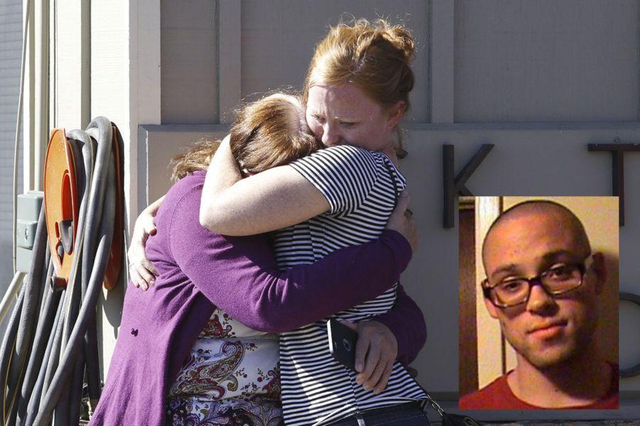 Une nouvelle fusillade a éclaté jeudi aux Etats-Unis.Un jeune homme a pénétré dans une Université de l'Oregon et abattu neuf personnes pour une raison qui reste encore floue. Avant de tirer, il aurait prononcé la phrase: «Si tu es chrétien, tu vas voir Dieu dans à peu près une seconde». Il a été tué par la police avant d'être interpellé. Après le drame, Barack Obama a fait part de sa tristesse et a une nouvelle fois appelé à rouvrir le débat sur les armes à feu. «La couverture médiatique est devenue une routine. Ma réponse ici au podium a fini par devenir une routine. Et la réponse de ceux qui s'opposent à toute loi de bon sens sur les armes est - elle aussi - devenue une routine. (…)Nous ne sommes pas le seul pays sur Terre où il y a des gens qui sont malades et qui veulent faire du mal aux autres. Mais nous sommes le seul pays développé sur Terre où l'on voit aussi souvent de tels massacres», a-t-il lancé.En 2012, après latuerie d'Aurora, qui avait fait 12 morts, Barack Obama avait pourtant tenté de relancer le débat sur le port d'armes, mais son ambition avait été stoppée par le lobby de la NRA (National Rifle Association) qui défend corps et âmes la possession d'armes. Après lafusillade de Newtownau cours de laquelle 20 enfants et 6 adultes avaient été tués en décembre 2012, la question des armes à feu avait de nouveau fait la Une. Malgré l'implication de Barack Obama, soutenu par des millions d'Américains favorables à un renforcement du contrôle des armes à feu, le Sénat avait pourtant rejeté quelques mois plus tard une mesure qui aurait rendu obligatoires les vérifications d'antécédents avant l'achat d'une arme sur internet et dans des foires. Seuls 54 sénateurs avaient voté pour (et 46 autres contre), quand 60 voix positives étaient requises pour l'adoption d'un tel texte. Le Président américain avait alors évoqué un «jour de honte pour Washington».Selon le site Gun Violence Archive (GVA), fondé en 2013 après la tuerie de Sandy Hook, 264 tueries de masseont e