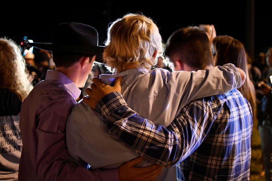 Dimanche 5 novembre, au moins 26 personnes ont été tuées dans une église de Sutherland Springs, au Texas, par un homme armé qui a été retrouvé mort dans sa voiture quelques minutes après la fusillade. Les motivations de ce meurtrier étaient encore à déterminer.