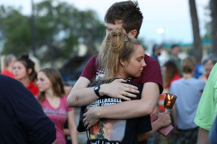 Un élève de 17 ans tue le 18 mai 2018 deux adultes et huit jeunes dans son lycée à Santa Fe, au Texas. Dimitrios Pagourtzis a depuis été inculpé notamment pour meurtre, un chef d'accusation passible de la peine de mort pour un adulte majeur. Il s'est servi d'un fusil et d'un pistolet détenus légalement par son père, selon les autorités.