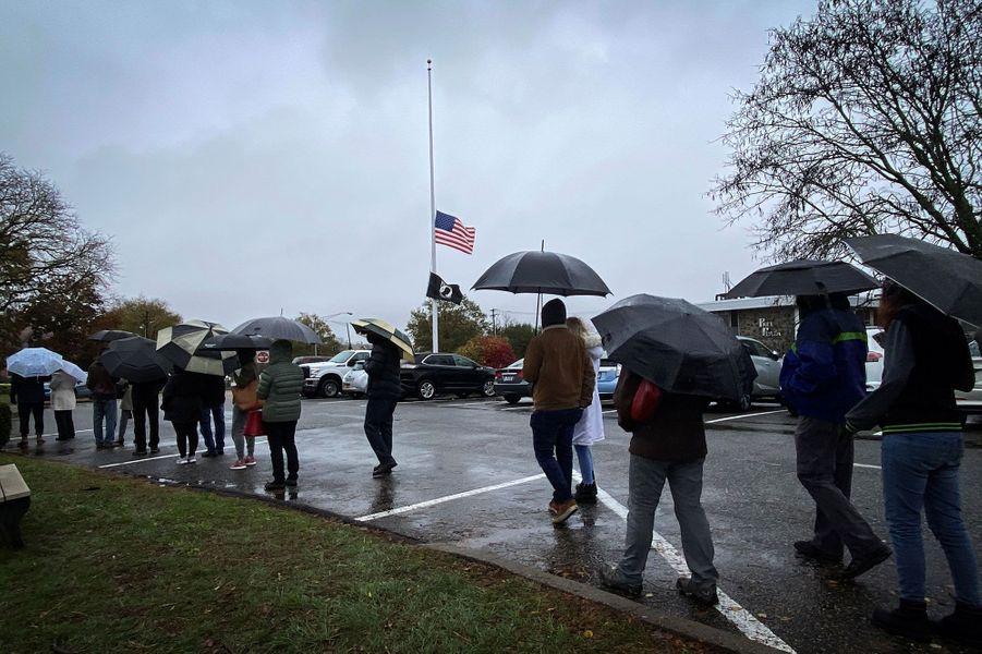 A Orangetown, près de New York, on patiente sous la pluie, vendredi.