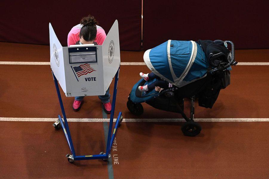 Dans un bureau de vote de Brooklyn, à New York, mardi.