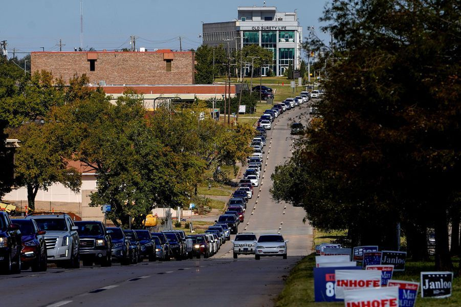 File d'attente de véhicules à Oklahoma City, dans l'Oklahoma, jeudi.