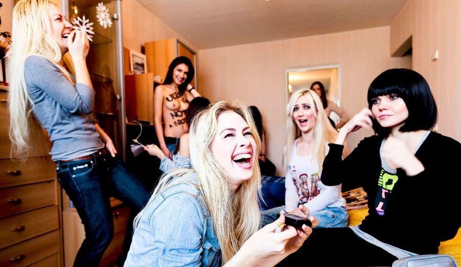 Samedi 11février, vers midi, maquillage collectif dans le salon de l'appartement que certaines partagent à Kiev. Au premier plan, de g. à dr : Inna (debout), 21 ans, Sacha (au centre), 23 ans, et Tatiana, 21 ans (brune).