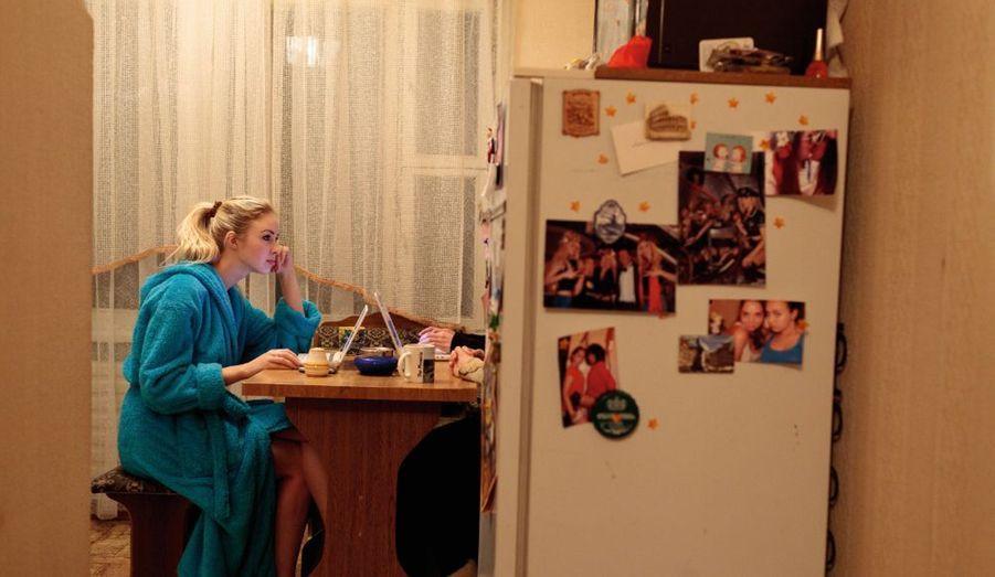 A Kiev, les filles retrouvent la joie de vivre et oublient leur passage à tabac en Biélorussie. Vendredi10, le soir, dans la cuisine de l'appartement commun, Sacha actualise le site Internet et la page Facebook du mouvement qu'elle a cofondé.