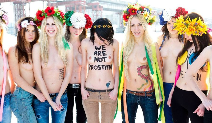Les seins à l'air par temps polaire. Leur pose sexy est une arme antisexisme. Depuis 2008, elles multiplient les coups d'éclat contre les inégalités hommes-femmes, le trafic de prostituées, la corruption... Avec une méthode inédite : enlever le haut, tout en criant des slogans chocs. « L'Ukraine n'est pas un bordel », clament-elles ainsi en dénonçant le tourisme sexuel, notamment à l'approche de l'Euro de foot 2012, prévu dans leur pays et en Pologne. Et ces filles de l'Est ignorent les frontières. L'ambassade d'Arabie saoudite en a fait les frais, comme Berlusconi et Dominique Strauss-Kahn. En janvier, elles ont surgi à Davos, au Forum économique mondial, « fête de gangsters » à leurs yeux. Une accusation dûment peinturlurée à même la peau.