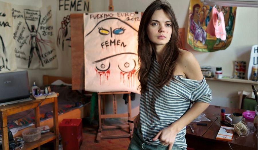 Vendredi après-midi, dans sa chambre-atelier, Oksana, 25 ans, est celle qui invente body painting et autres signatures visuelles.