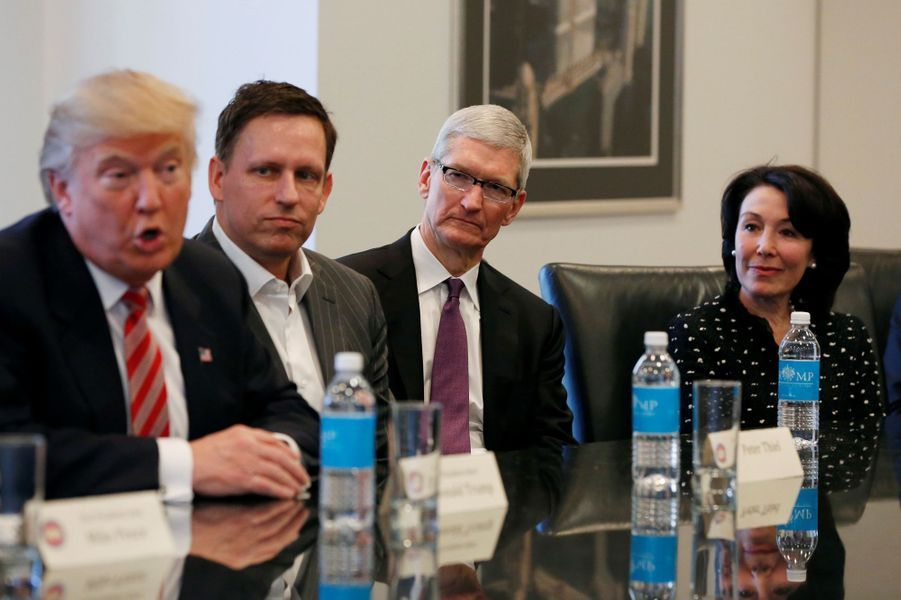 Donald Trump, Peter Thiel, Tim Cook (Apple) et Safra Catz (Oracle) à la Trump Tower, le 14 décembre 2016.