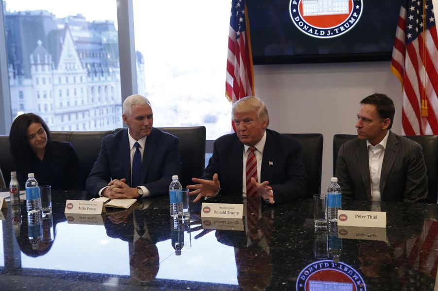 Sheryl Sandberg (Facebook), Mike Pence, Donald Trump et Peter Thiel à la Trump Tower, le 14 décembre 2016.