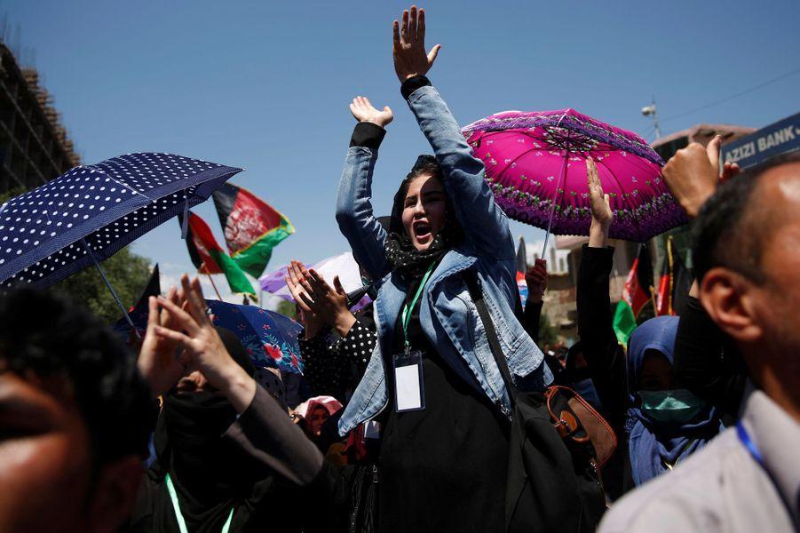 Kaboul a été paralysée, ce lundi 16 mai 2016, par une manifestation de Hazaras contre une ligne à haute tension.