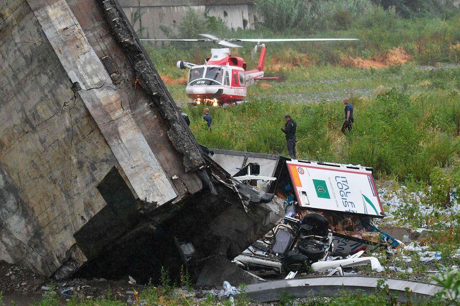 Un hélicoptère de secours posé en contrebas du pont Morandi, mardi à Gênes.