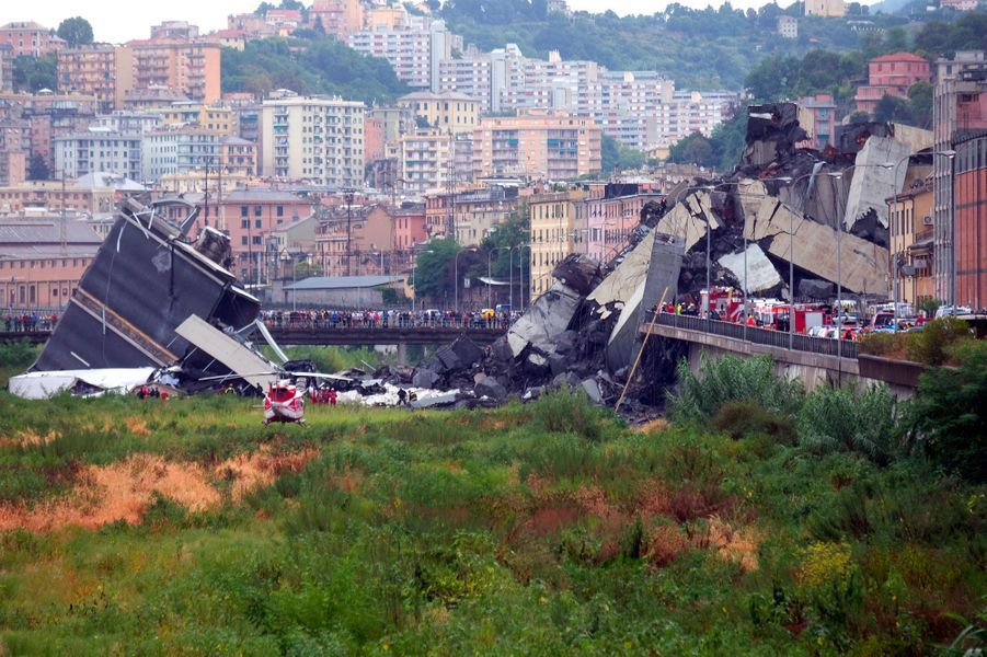Les secours interviennent sur les lieux de l'effondrement, mardi à Gênes.