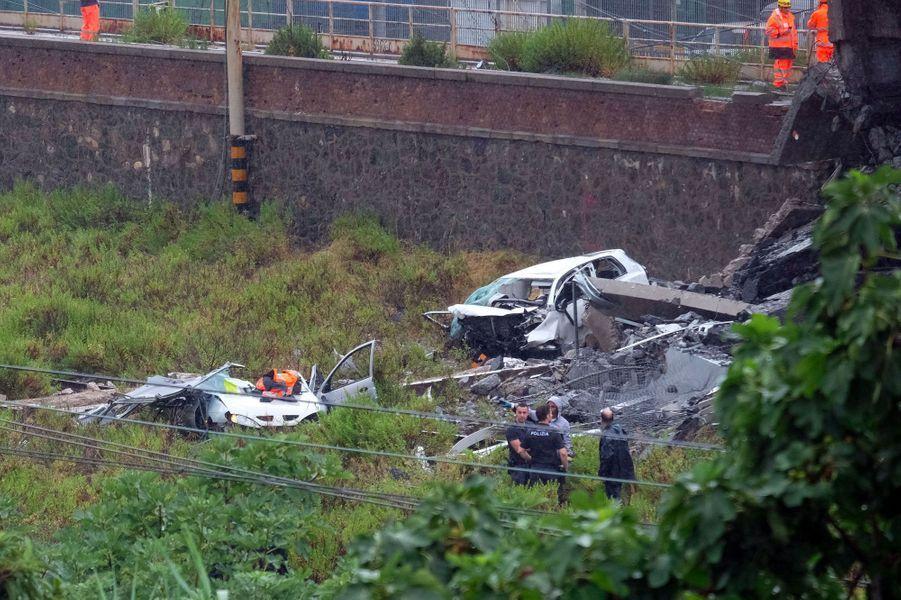 Des voitures écrasées en bas du pont Morandi, mardi à Gênes.